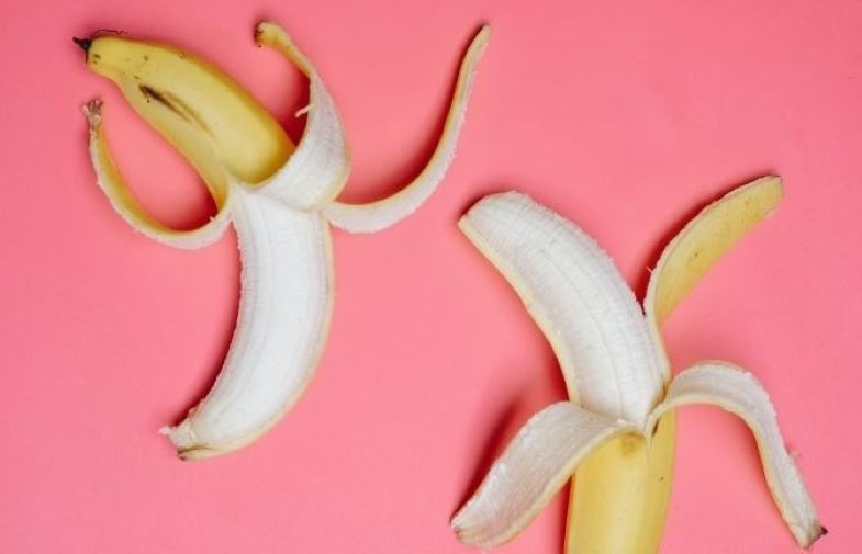 Cáscaras de plátano como abono natural para las plantas.