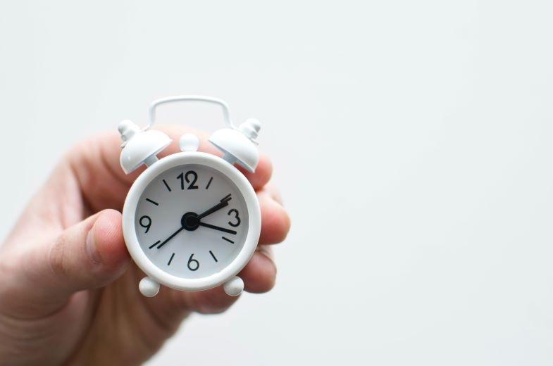 Reloj para marcar las horas de luz del día para la marihuana